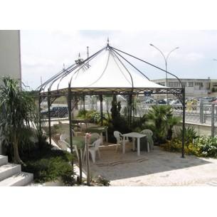 Coprire uno spazio creare ombreggiare un giardino con for Costruire un gazebo in ferro